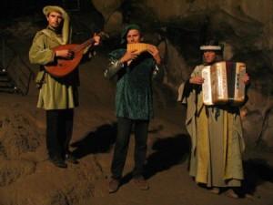 Okzitanische Minnesänger spielen in den Katharer-Grotten von Ussat.